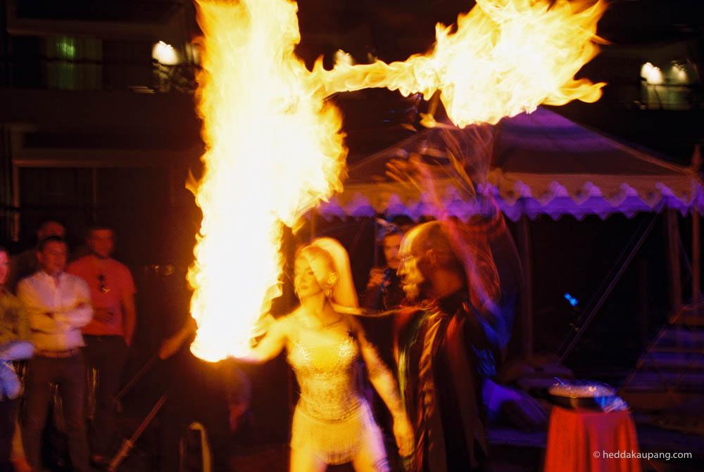 Flammeslukere og slangemennesker på Heart Ibiza