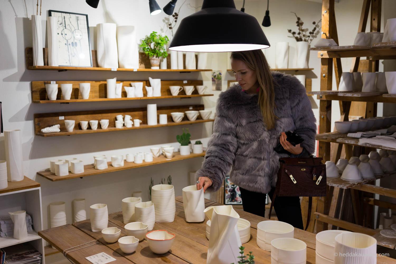 Keramiker Inge Vincents lager de mest delikate vaser og kopper i keramikk